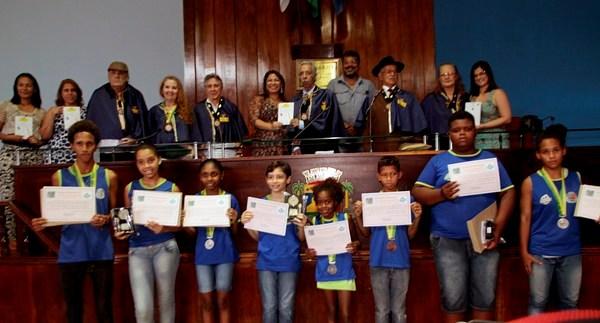 Membros da Academia de Letras e Artes Meritienses com a equipe da Secretaria de Educação e os alunos vencedores do concurso (Assimp Meriti/Luiz Alberto)