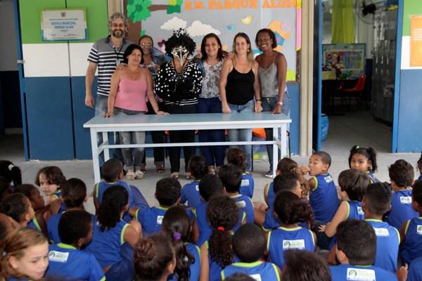 Diretoras e professoras da Escola Municipal Paque Alian se juntam a Dilcea dos Santos no final da apresentação (Assimp Meriti/Luiz Alberto)