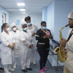 Saúde – Saxofonista visita hospital de São João de Meriti